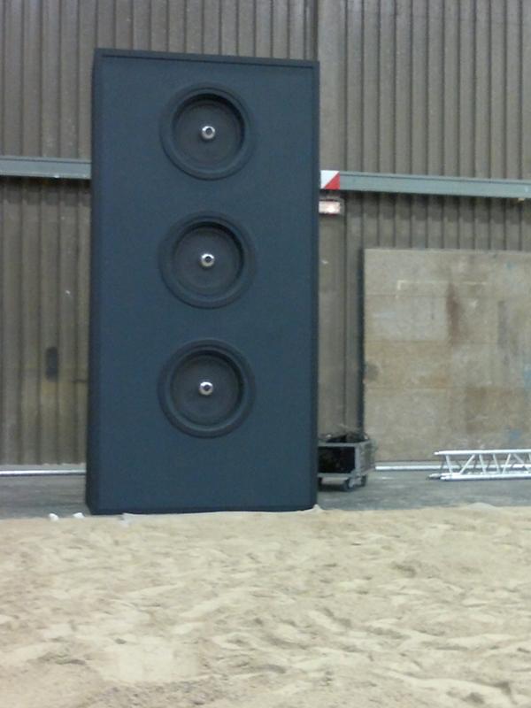 Cette enceinte audio géante en bois noir est un  décor de spectacle.