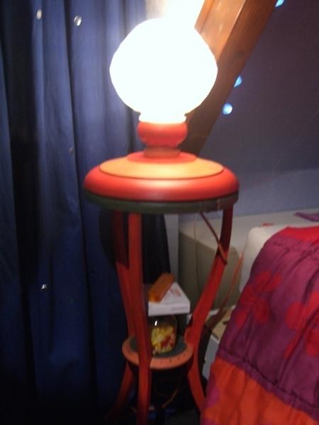 Cette lampe orange est un accessoire de cinéma.