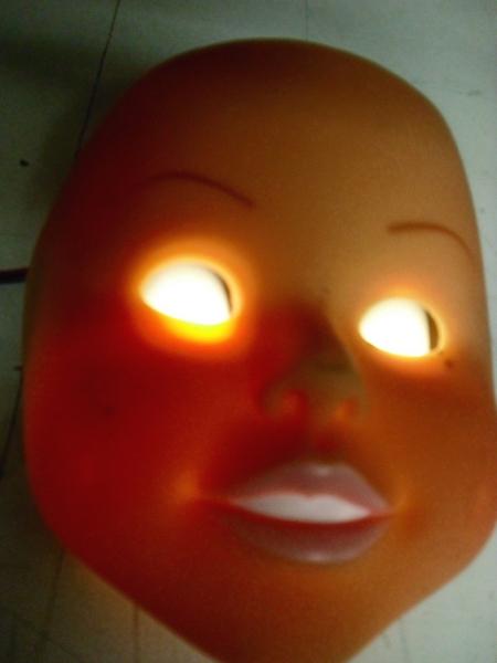 Ce masque de poupée a les yeux éclairés par des leds.